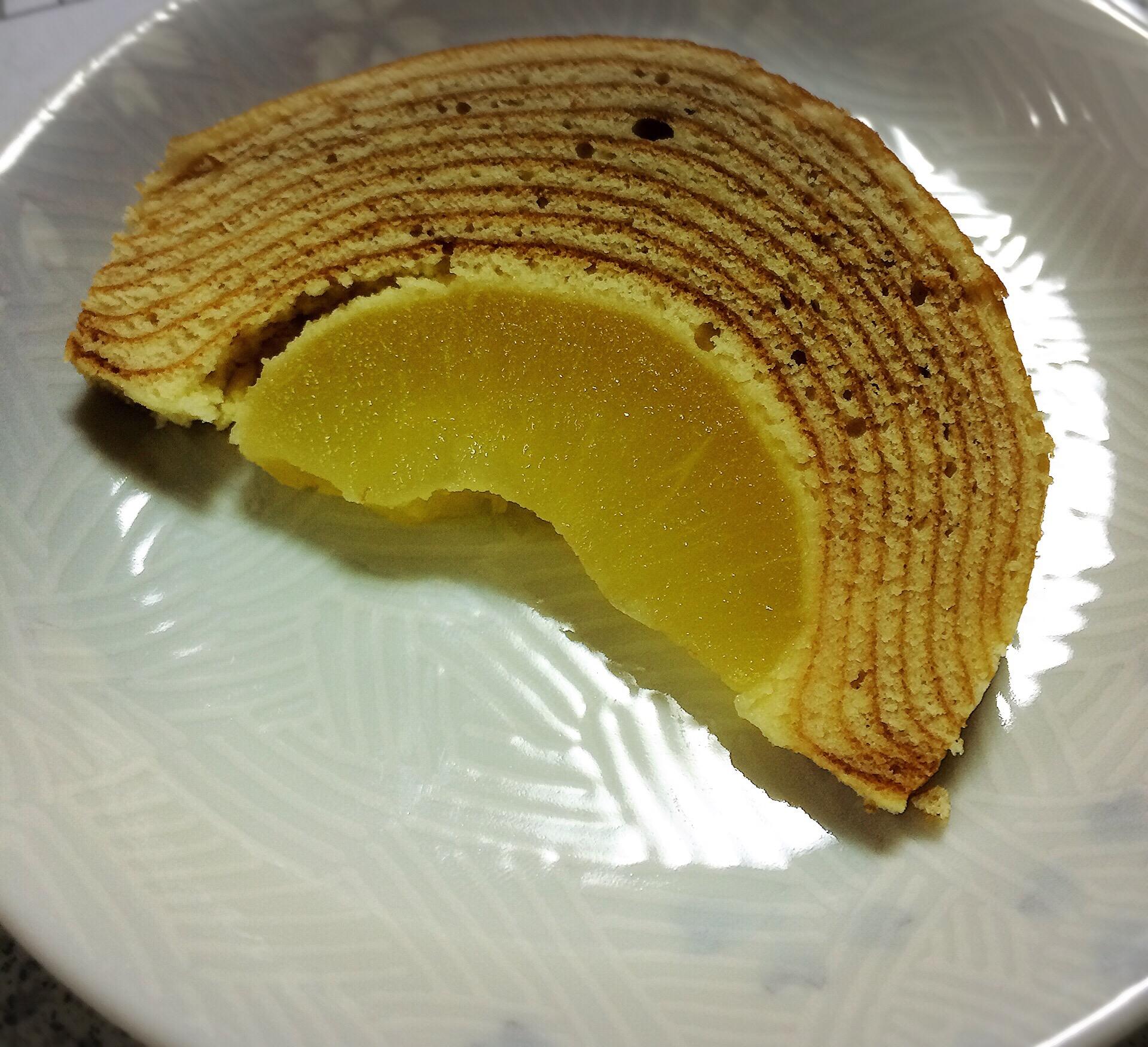 羽田空港で人気のお土産バームクーヘンの中にりんごまるごと入った「ホーニッヒアッフェルバウム」を食べてみた♪